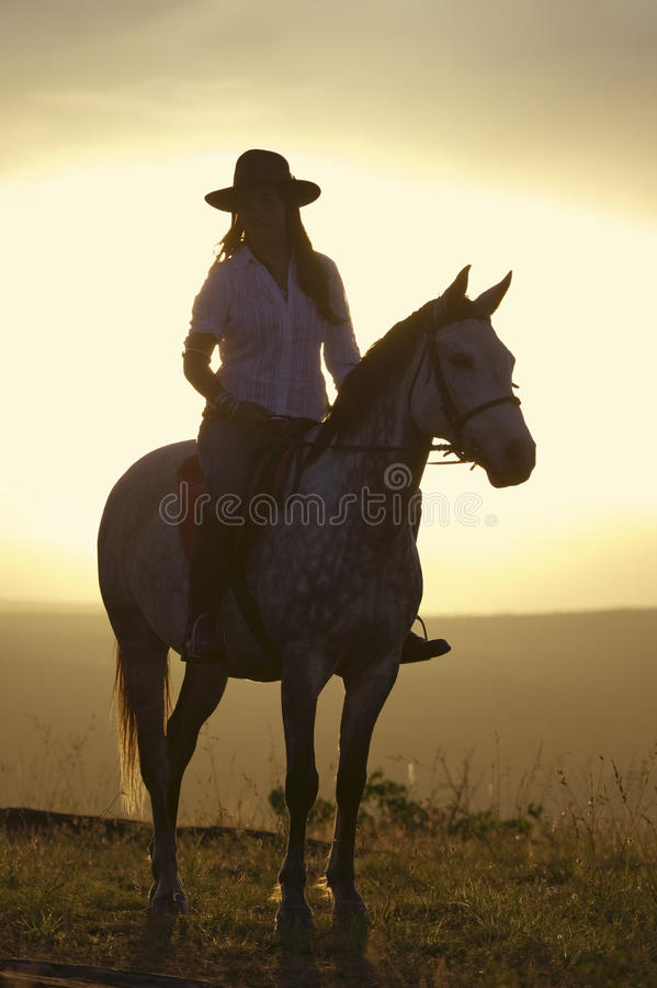 母骑士和马在北部肯尼亚,日落的非洲乘坐俯视在Lewa野生生物管理 免版税库存照片