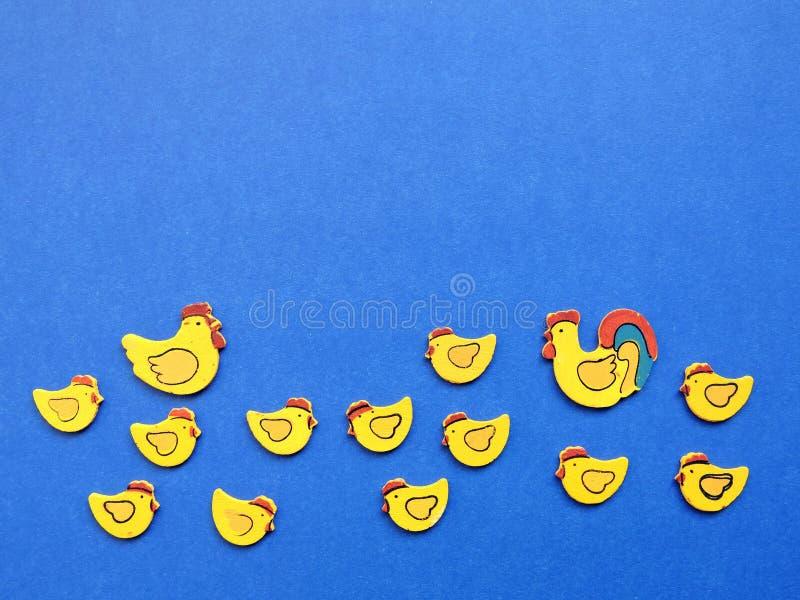 母鸡和雄鸡与鸡,木热衷 免版税库存照片