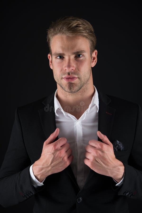 每个细节事关 人穿着考究的穿戴典雅的正式成套装备 强壮男子确信准备完善的成套装备 人办公室 免版税库存图片