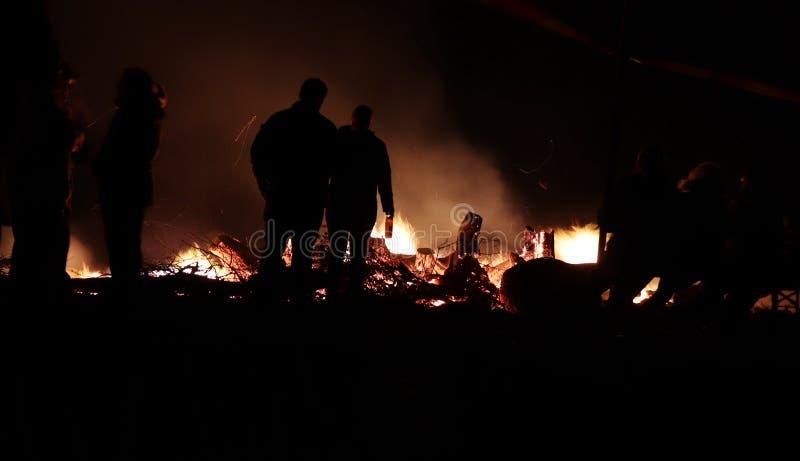 每年地方村庄篝火在Potzbach,德国 免版税库存照片