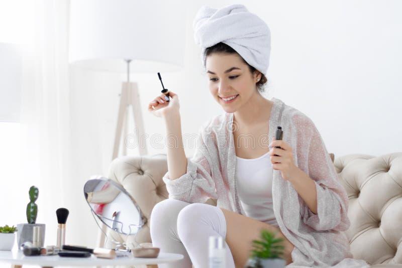 每日惯例 有卷发做的年轻女性组成 免版税库存照片