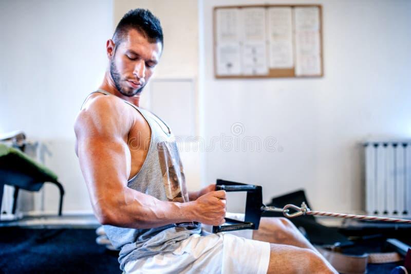 每日锻炼的肌肉人在健身房 球概念健身pilates放松 库存图片