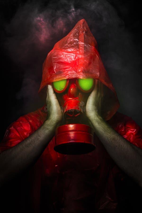 毒性军事概念,有红色防毒面具的人。 库存例证