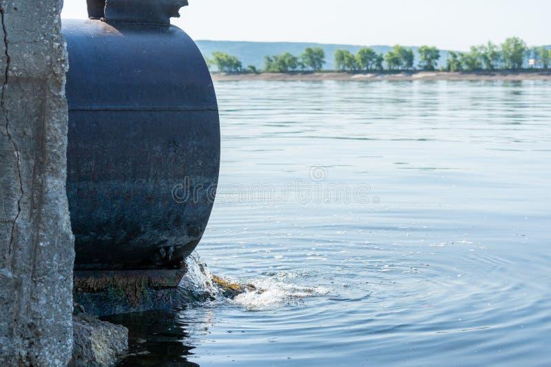 毒性或污水放电到河或湖里 免版税库存图片
