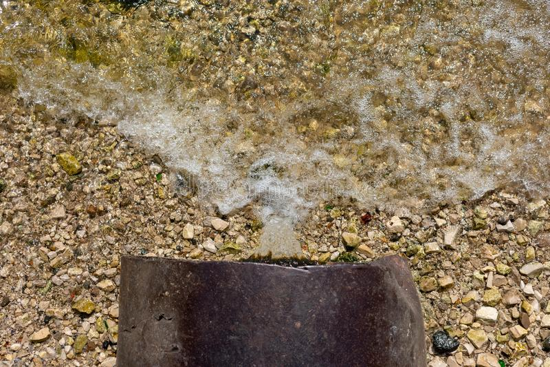 毒性或污水放电到河或湖里 库存照片