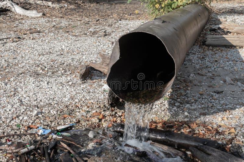 毒性或污水放电到河或湖里 免版税库存照片