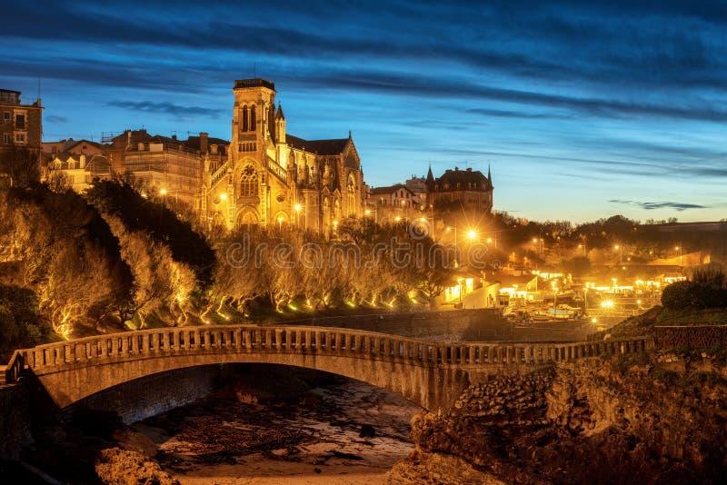 比亚利兹、圣番樱桃教会和旧港口在晚上,巴斯克countr 免版税库存照片