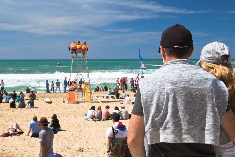 比亚利兹,法国- 2017年5月20日:拥挤沙滩的人观看和为冲浪者isa世界surfin照相的后面观点的 免版税库存图片