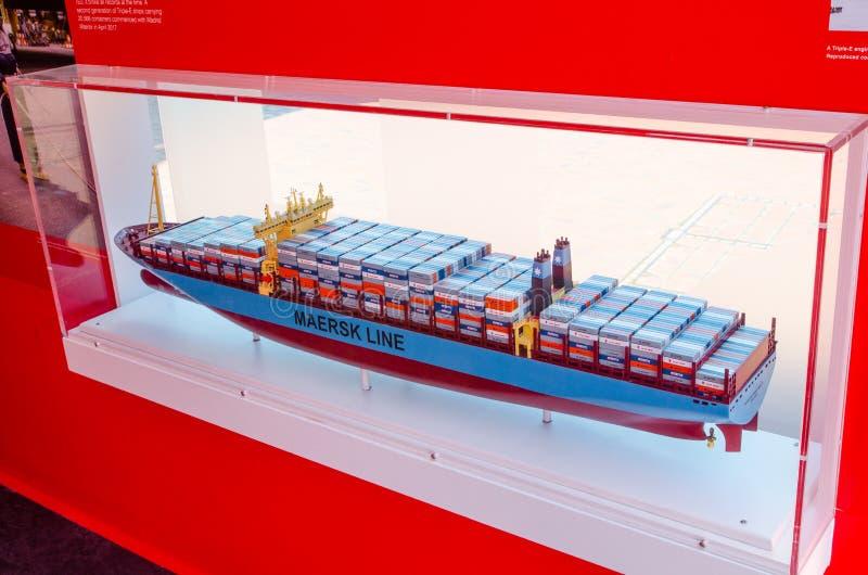 比例模型在室外陈列的集装箱船显示关于在达令港的容器革命 免版税库存图片