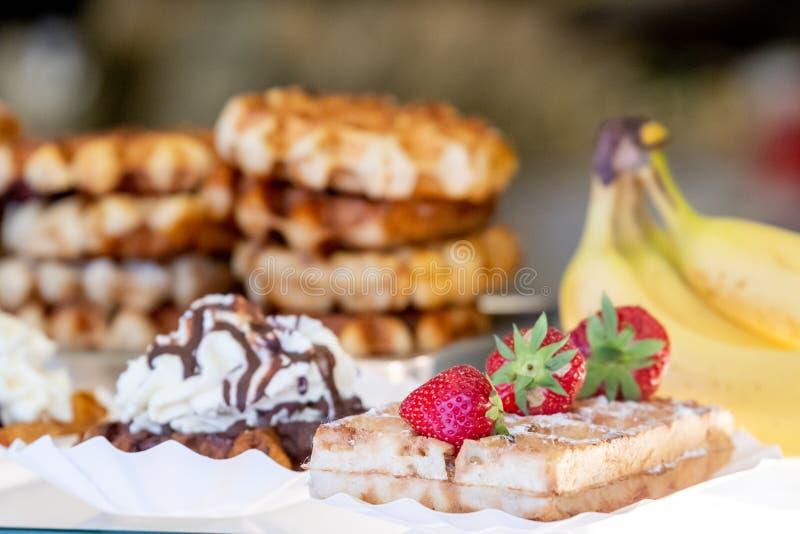 比利时华夫饼干可爱的被安排的机智奶油和草莓 免版税库存图片