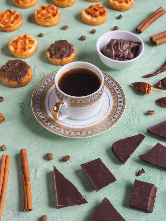 比利时华夫饼干和巧克力、咖啡和辣椒 从顶视图 免版税库存照片