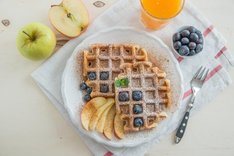 比利时华夫饼干用新鲜水果 免版税库存照片