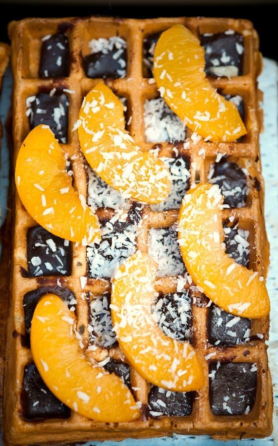 比利时华夫饼干用桔子和巧克力,自创健康早餐,选择聚焦 免版税图库摄影