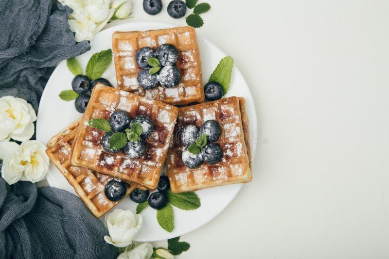 比利时华夫饼干用蓝莓早餐 库存照片