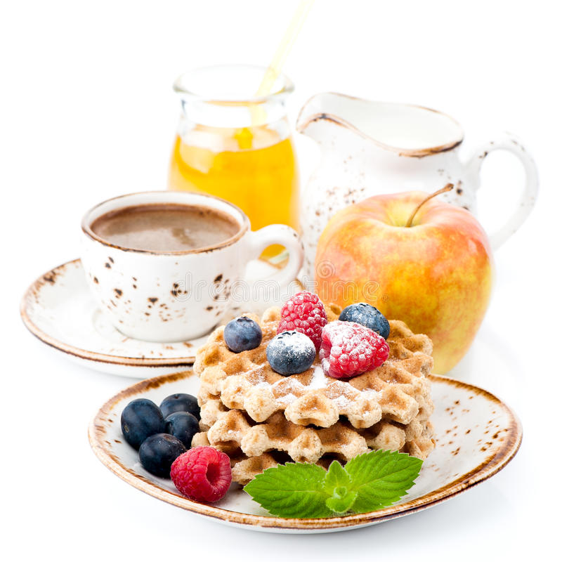 比利时华夫饼干用蜂蜜、莓果和咖啡 图库摄影