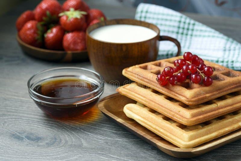 比利时华夫饼干用蜂蜜和新鲜的莓果 库存照片