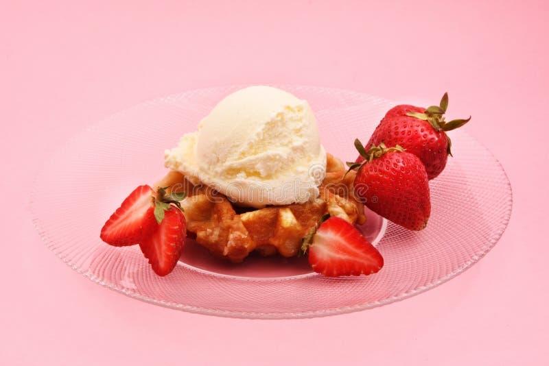 比利时奶油色冰草莓奶蛋烘饼 图库摄影