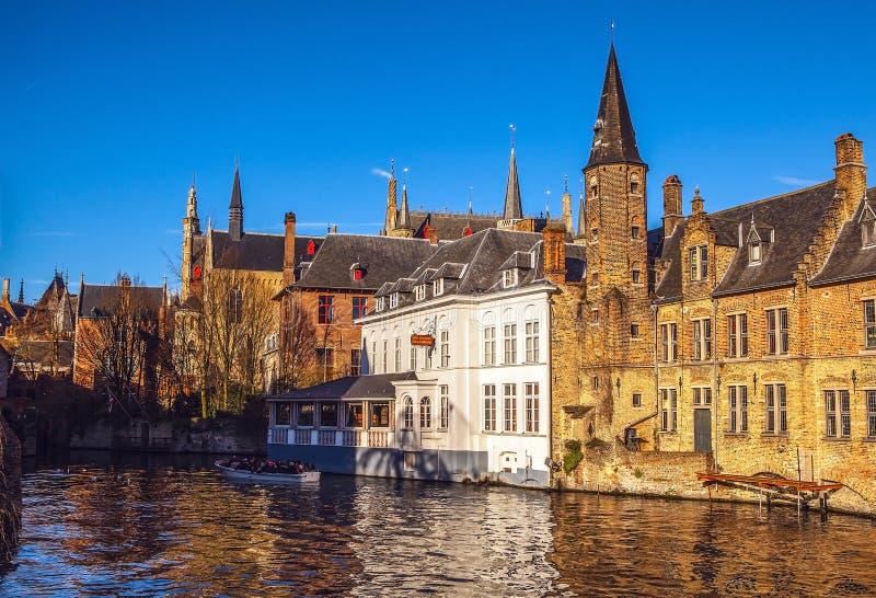 比利时布鲁日 与Rozenhoedkaai的图象在布鲁基, Dijver河运河 免版税图库摄影