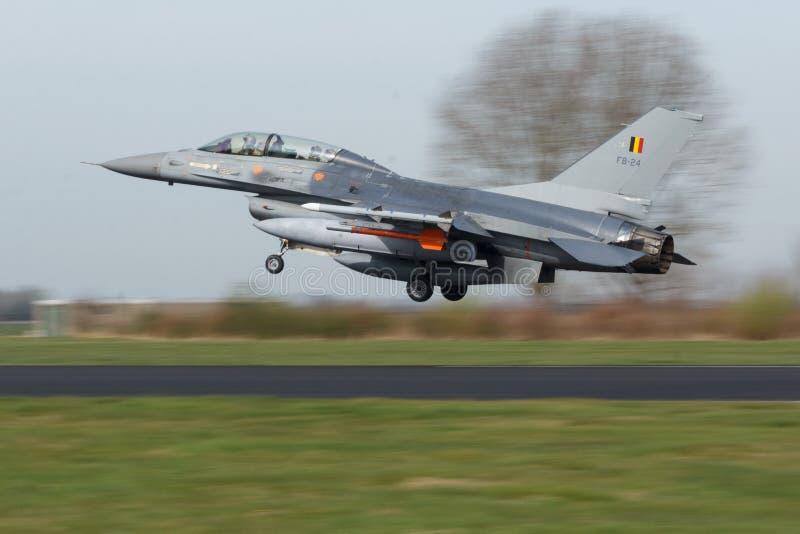比利时空军着陆的洛克西德・马丁F-16B在弗里斯兰省人旗子锻炼的 免版税图库摄影