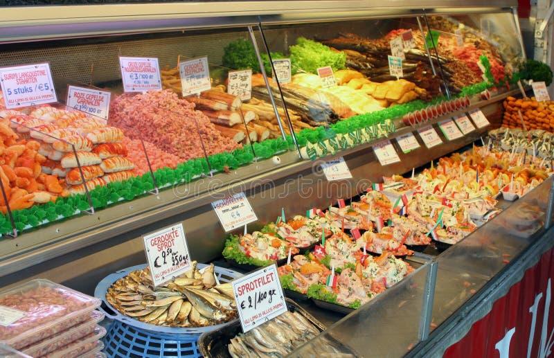 比利时- Ostende -摊位用新鲜和熏制的海鲜喜欢fis 免版税库存图片
