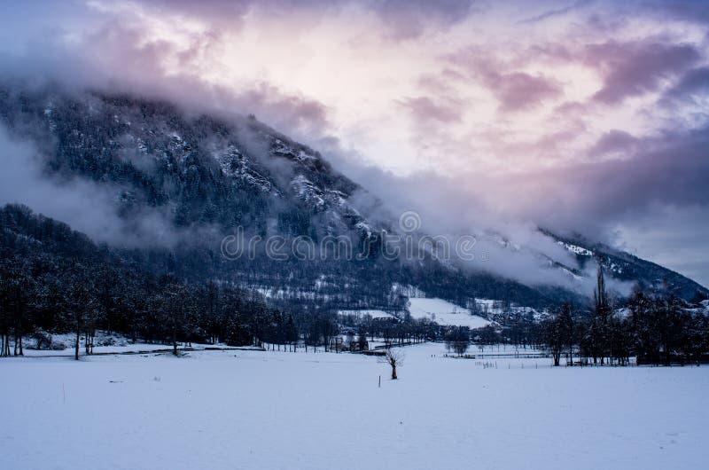 比利牛斯神奇和美丽的山在雪下的 库存图片