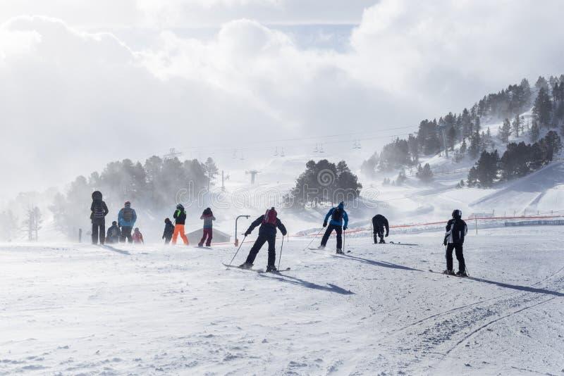 比利牛斯,安道尔- 2017年2月12日:小组山滑雪者 免版税库存照片