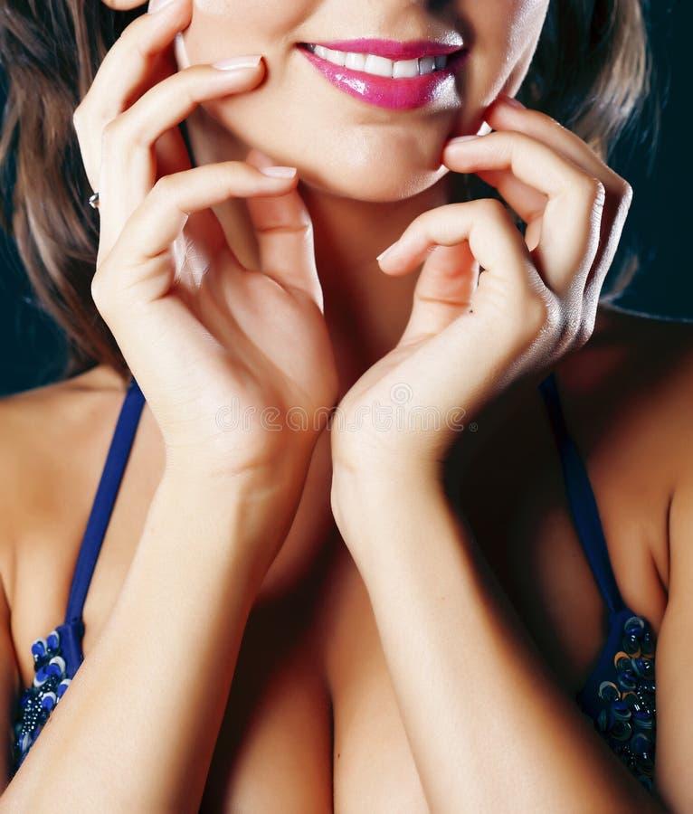 比基尼乳罩的妇女在黑背景,棕褐色的夏天,生活方式人概念特写镜头 免版税库存照片