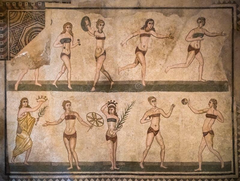 比基尼泳装女孩马赛克在Villa罗马纳del卡萨莱,皮亚扎阿尔梅里纳,西西里,意大利 免版税库存图片