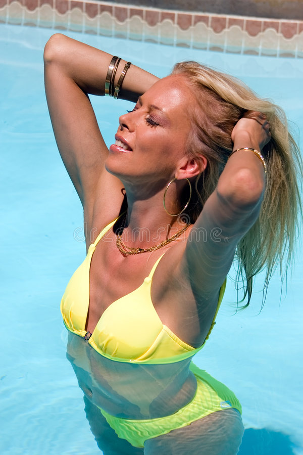 比基尼泳装女孩黄色 免版税库存照片