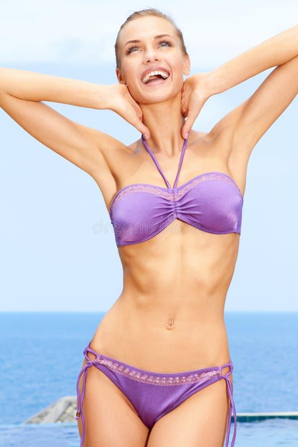 比基尼泳装女性紫色性感 免版税库存图片