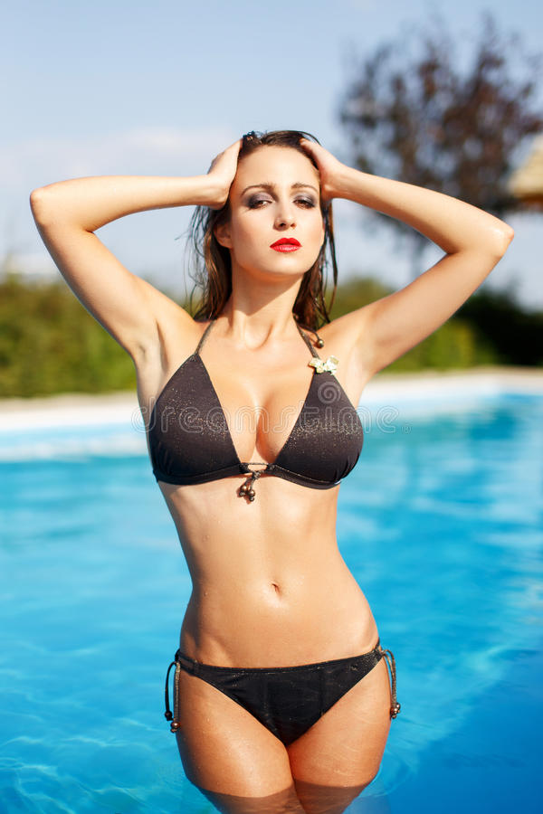 比基尼泳装摆在的性感的妇女 库存图片