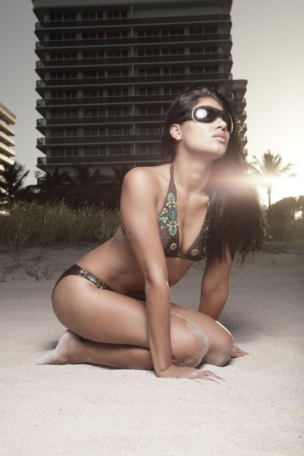 比基尼泳装日落妇女 免版税库存图片
