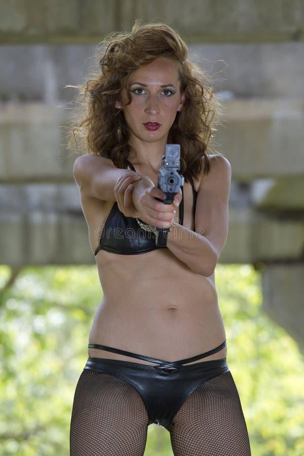 比基尼泳装枪妇女 免版税库存图片