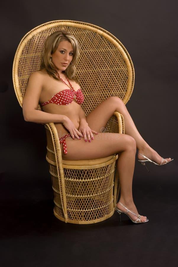 比基尼泳装椅子妇女 免版税库存照片