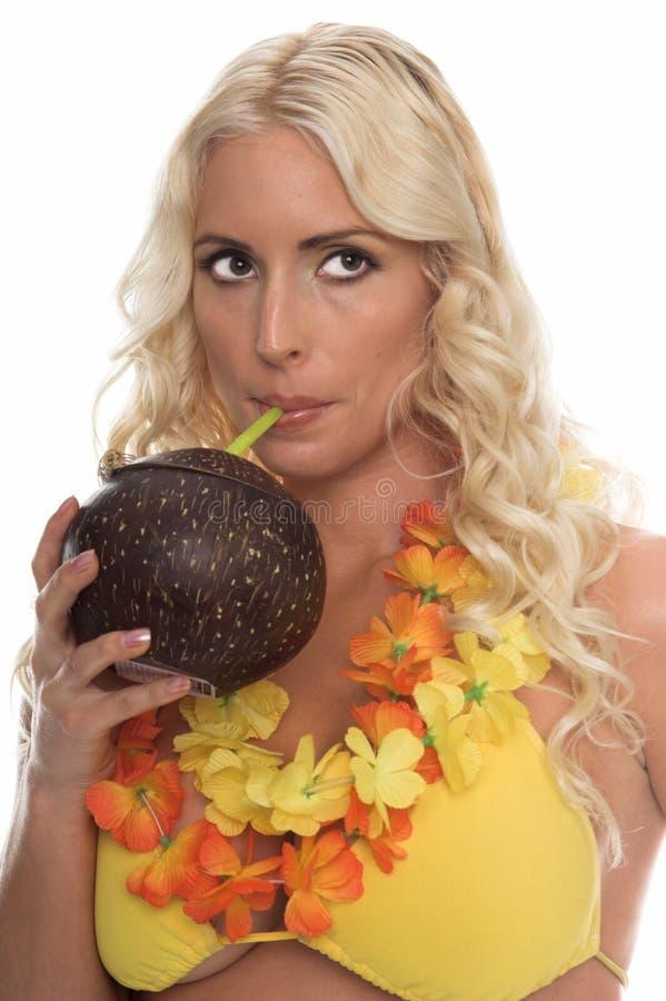 比基尼泳装热带饮料的女孩 免版税库存照片