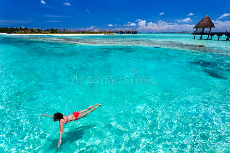 比基尼泳装珊瑚盐水湖红色游泳妇女 免版税图库摄影