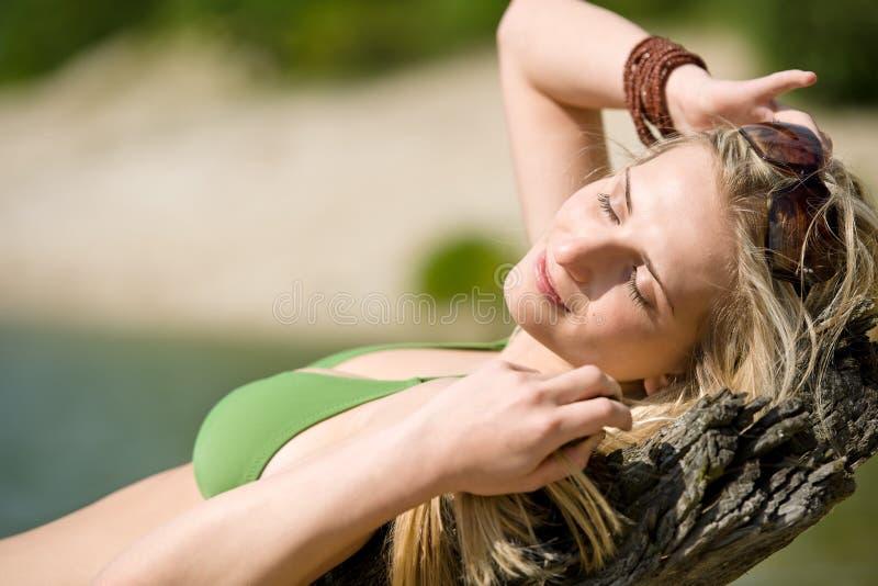 比基尼泳装白肤金发的湖放松妇女 库存照片