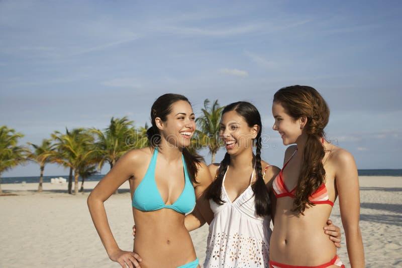 比基尼泳装的十几岁的女孩在海滩 库存照片