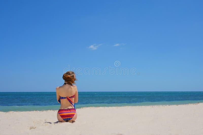 比基尼泳装的女孩在海滩 库存照片