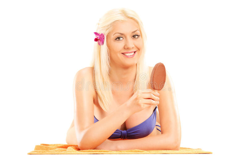 比基尼泳装的妇女吃在棍子的巧克力冰淇凌 免版税图库摄影