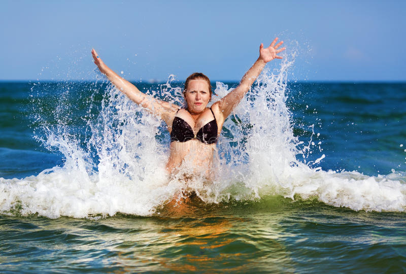 比基尼泳装的妇女在海运 库存照片