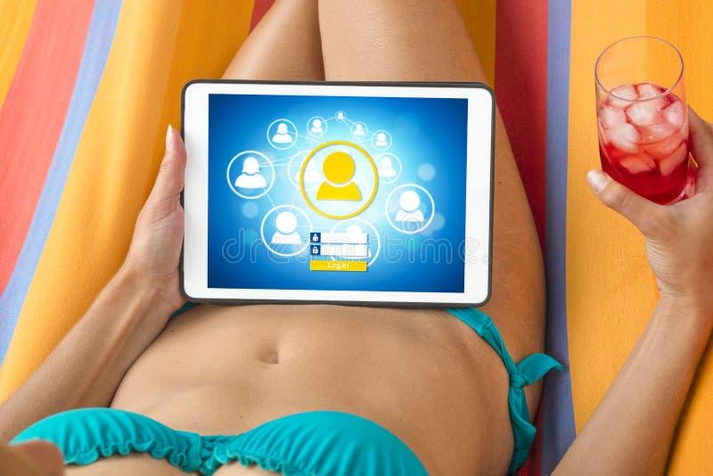 比基尼泳装的少妇访问有h的一个社会网络网站 库存照片