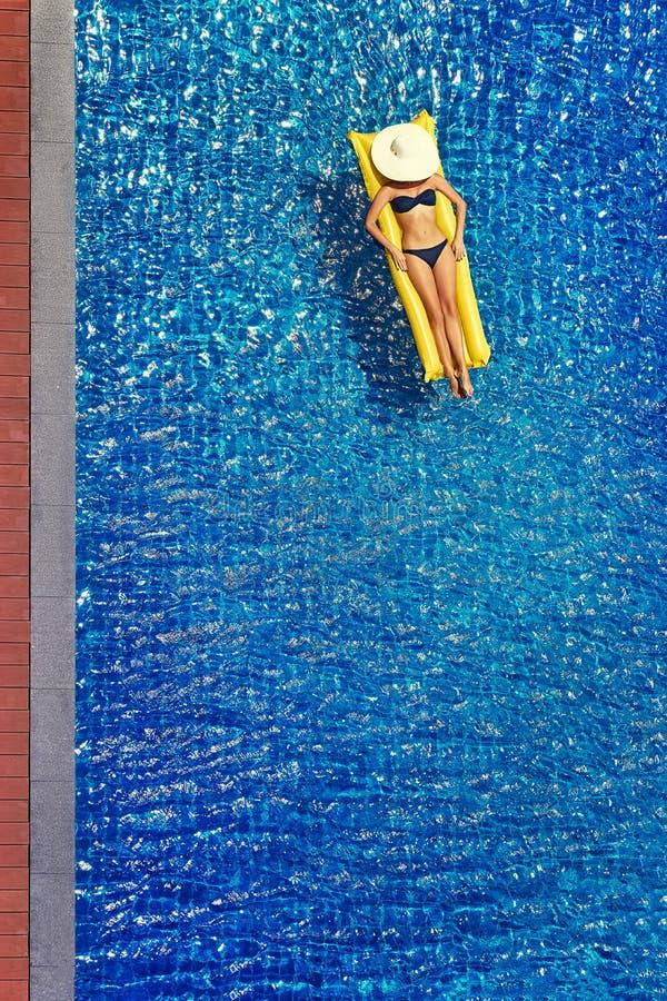 比基尼泳装的少妇 免版税库存图片