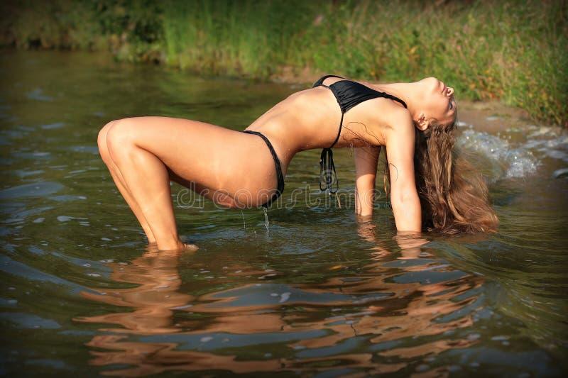 比基尼泳装的性感的女孩 图库摄影