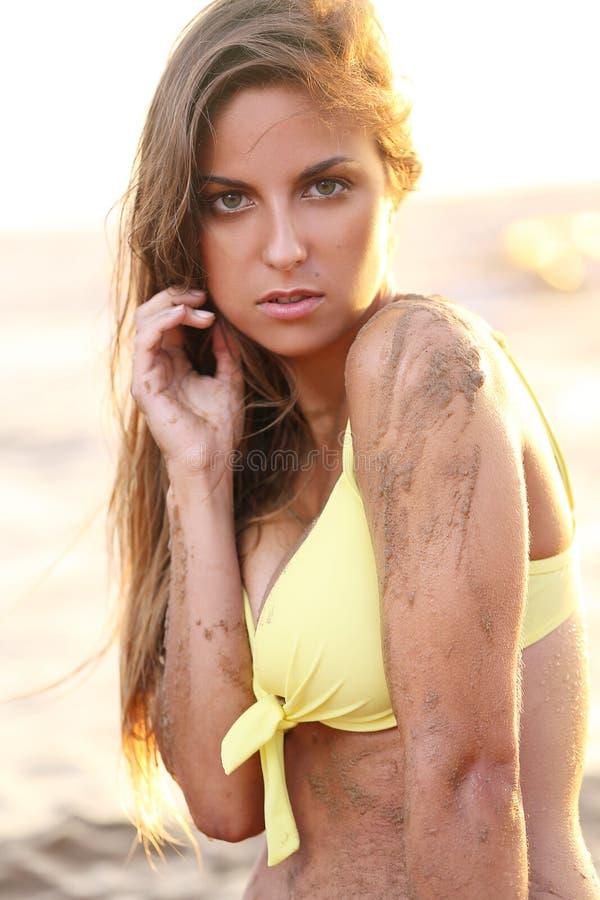 比基尼泳装的美丽的女孩在海滩 免版税图库摄影