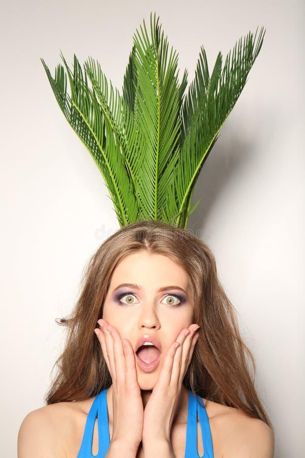 比基尼泳装的美丽的少妇有异乎寻常的植物的 库存照片