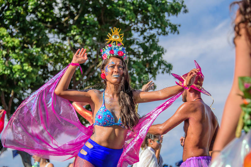 比基尼泳装的美丽的少妇走在高跷的在Bloco Orquestra Voadora期间支持女权主义在Carnaval 2017年 免版税图库摄影