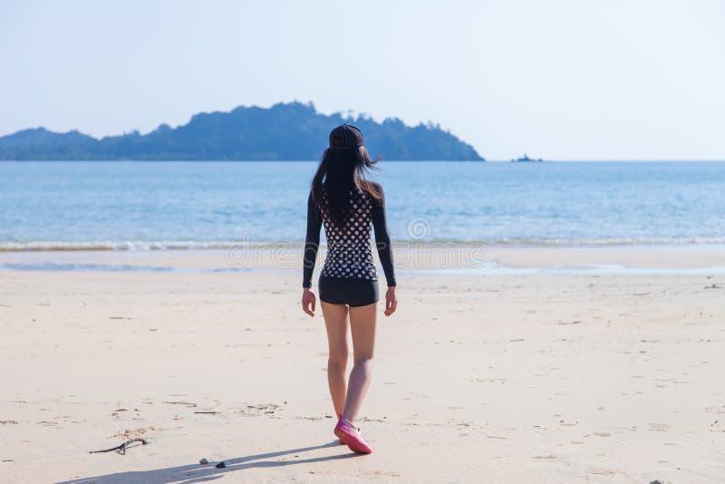 比基尼泳装的逗人喜爱的年轻亚裔妇女享用在美丽的海滩的在Ko Phayam 免版税库存图片