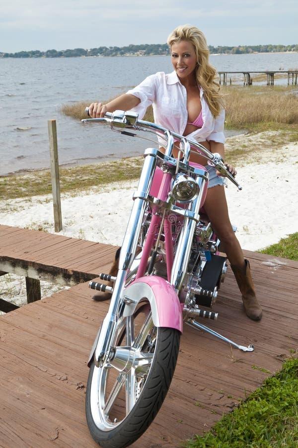 比基尼泳装砍刀女孩摩托车性感的短&# 库存照片