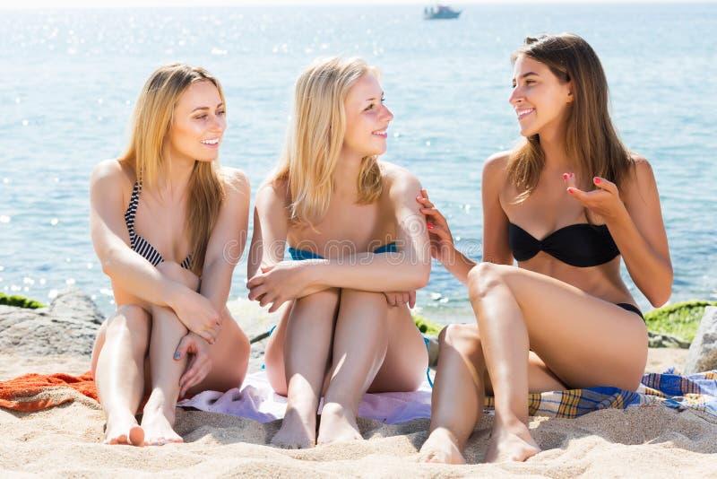 比基尼泳装讲话的妇女朋友 库存图片